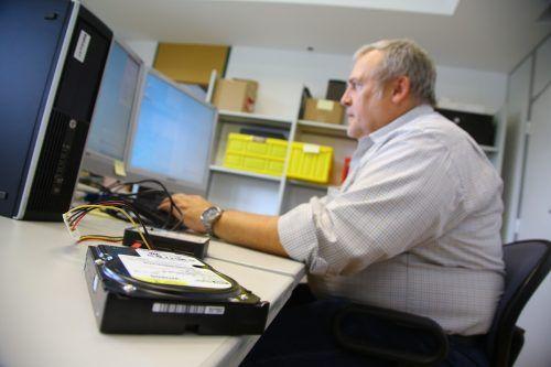 IT-Kriminalisten heften sich auf die Spur von Netzbetrügern. VN/HB