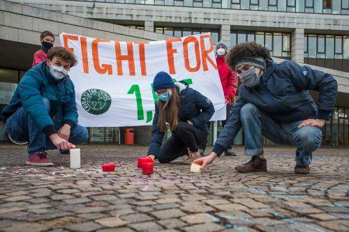 Jugendliche von Fridays for Future demonstrierten vor dem Landhaus für das Pariser Klimaabkommen, das vor fünf Jahren unterzeichnet wurde. VN/Stuerer