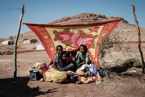 Junge Äthiopier, die vor dem Tigray-Konflikt in den Sudan geflüchtet sind, rasten in einer behelfsmäßigen Unterkunft im Um Raquba Camp. AFP