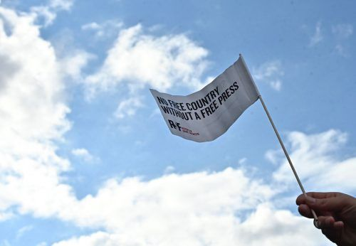 """""""Kein freies Land, ohne freie Presse"""" steht auf der weißen Fahne. AFP"""