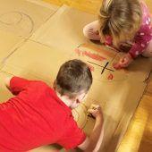 """<p class=""""caption"""">Kinder waren an der Gestaltung der Adventfenster beteiligt.</p>"""