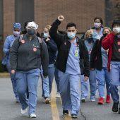 """<p class=""""factbox"""">Krankenpflegerinnen und -pfleger gehen in New York auf die Straße. Die Coronakrise bringt sie an ihre Grenzen.AP</p>"""