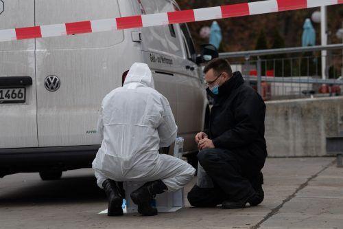 Kriminaltechniker untersuchen einen Geldtransporter hinter der Ikea-Filiale in Schöneberg. Nach bisherigen Informationen hatten mehrere Männer den Transporter überfallen. APA