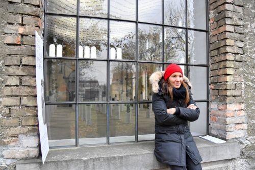 Künstlerin Claudia Comte vor dem Kunstraum-Schaufenster in Dornbirn. lerch