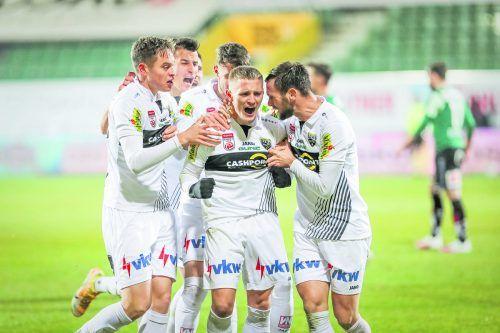 Lautstarker Befreiungsschrei von Manuel Thurnwald nach seinem Treffer zur 2:1-Führung. Aljaz Casar (l.), Emanuel Schreiner (r.) und die Kollegen feiern den Torschützen.gepa