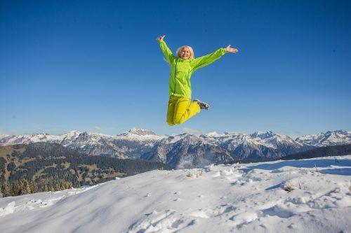 Lilia aus Höchst ist bei diesen traumhaften Bedingungen oberhalb von Schruns nach einem Luftsprung zumute. vn/steurer