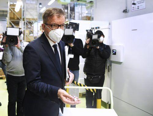 Lokalaugenschein des Gesundheitsministers in Wien: RudolfAnschober(Grüne) vor einem Coronaimpfstoff-Gefrierschrank.APA