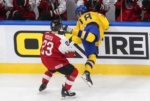 Marco Rossi mit dem Check gegen den Schweden Ramond Lucas.ap