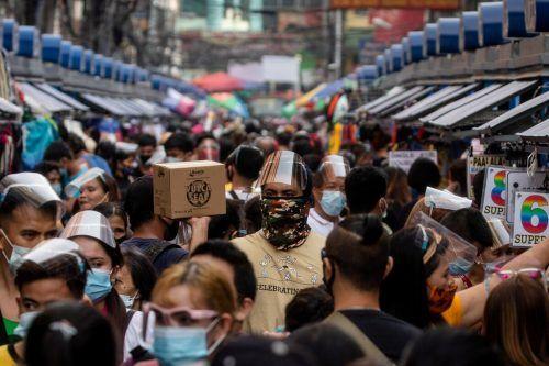 Masken sind auch auf den Philippinen im Alltag angekommen. Auf den Märkten Manilas herrscht trotz Corona weiterhin dichtes Gedränge. RTS
