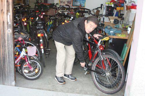 Mehrere Tausend Fahrräder hat Kurt Bell auf Vordermann gebracht.VN/Knobel