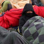 """<p class=""""factbox"""">Minusgrade: Im bosnischen Bihac erhalten Migranten, die im zerstörten Lager """"Lipa"""" wohnten, provisorischen Unterschlupf.RTS</p>"""