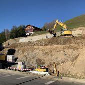"""<p class=""""caption"""">Mit den Erdarbeiten wurde das erste Vogewosi-Projekt in Blons Mitte November gestartet. Ende kommenden Jahres soll das Gebäude fertiggestellt sein.KG</p>"""