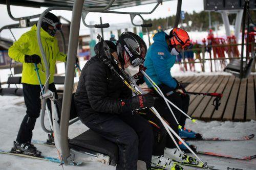 Mit Maske und Abstand auf den Skilift. So wird es zum Saisonstart heuer in allen Skigebieten sein. AFP