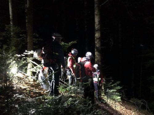 Mitglieder der Bergrettung Bregenz konnten den unbestimmten Grades verletzten Mann bei der Suche im Bachbett auffinden. SYMBOL/BERGRETTUNG BREGENZ