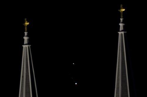 Neben dem Kirchturm sind Jupiter und Saturn übereinander zu sehen. ap