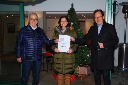 Paul Frick, Obmann des Freschenstammtischs, Bürgermeisterin Katharina Wöß-Krall und Walter Herbolzheimer, Wirt des Gasthaus Fröscha, bei der Spendenübergabe. Gemeinde