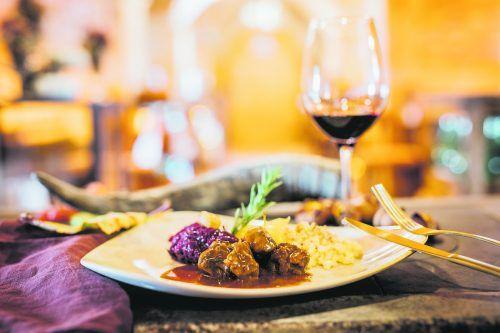 Perfektes Feiertagsessen: Rehragout mit kräftiger Rotweinsoße, leckerem Apfelrotkraut und selbst gemachten Nussspätzle.VN/Sams