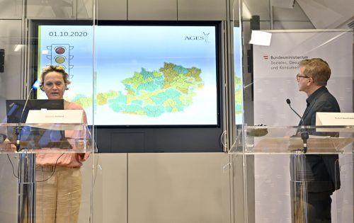 Präsentation der Ampelschaltung Anfang Oktober mit Daniela Schmid, Leiterin der Coronakommission, und Minister Rudolf Anschober.APA