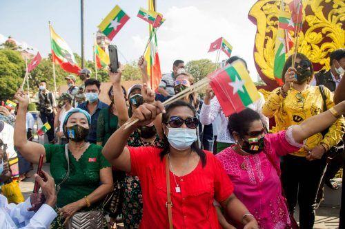 Proteste in Myanmar: Anhänger des Militärs fordern in Rangun eine Untersuchung möglicher Unregelmäßigkeiten bei den Wahlen.AFP