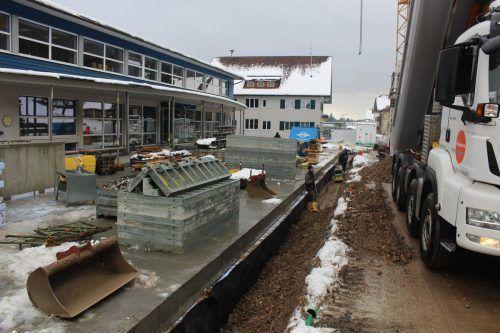 Punktgenau vor Weihnachten wurde die Unterkellerung des Treffpunkt-Vorplatzes abgeschlossen. Jetzt beginnt die Neugestaltung des Gerätehauses.stp/2