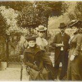 """<p class=""""caption"""">Regine und Amelie Hess mit Iwan und Franziska Rosenthal um 1900 (v.l.).</p>"""