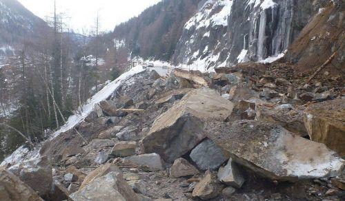 Riesige Felsbrocken verlegten die Straße im Ötztal. LAND TIROL