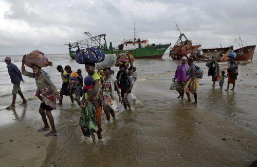 """Rückkehrer, die vor Zyklon """"Idai"""" gerettet wurden, im März 2020 in Beira. AP"""