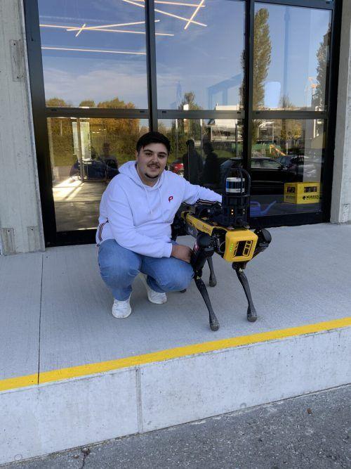 "Semih Can Burcak mit Hund ""Spot"" der US-Firma Boston Dynamics."