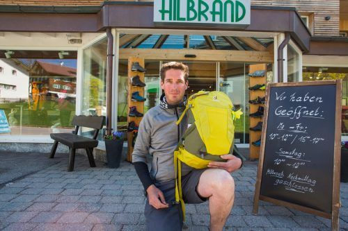 Sporthändler Daniel Hilbrand weist auf die schwierige Lage hin. vn/STeurer