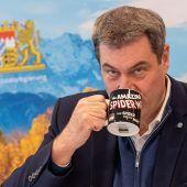 """<p class=""""factbox"""">Superheldenkräfte statt Kaffee? Der bayerische Ministerpräsident Markus Söder bedient sich am Dienstag eine Spiderman-Tasse. RTS</p>"""