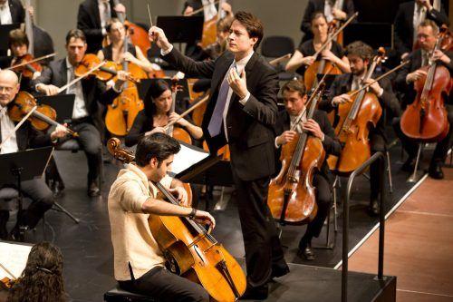 Symphonieorchester Vorarlberg unter der Leitung des Chefdirigenten Leo McFall mit dem Solisten Kian Soltani. Die nächsten Konzerte müssen wieder abesagt werden. SOV/Mathis