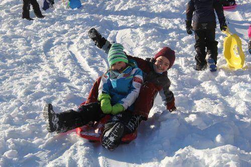 Theresia und Amelie genossen die lustige Fahrt auf dem Bob im Schnee.STR