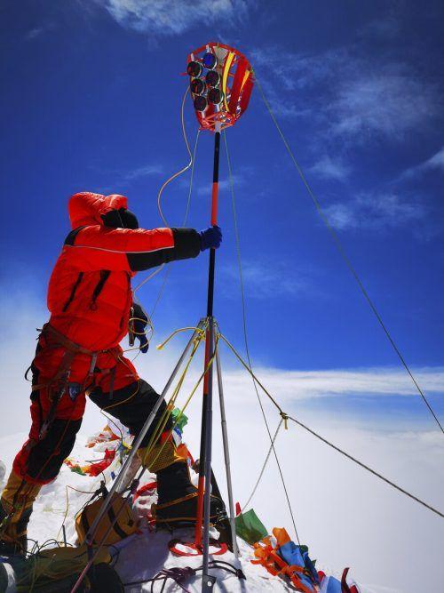 Um die Höhe zu bestimmen, bestiegen Teams der beiden Länder den Berg. AP