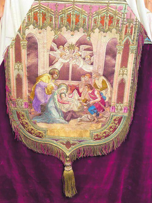 Unter den liturgischen Gewändern der Mehrerau trägt ein Rauchmantel aus der Mitte des 19. Jahrhunderts kunstvoll bestickt die Geburtsszene in Bethlehem zur Schau.