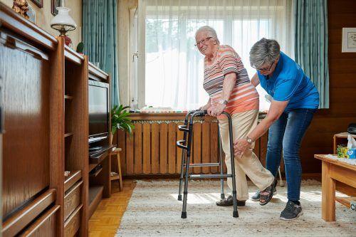 Unter fachlicher Anleitung wird das jeweils individuelle Trainingsprogramm eingeübt. Dann müssen die Senioren selbst ran. SV/marcel hagen