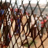 """<p class=""""factbox"""">Warteschlangen trotz einer extrem angespannten Sicherheitslage: Am Sonntag wurde in der Zentralafrikanischen Republik gewählt. RTS</p>"""