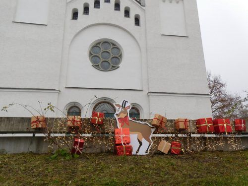 Weihnachtsmaskottchen Monti sorgt für vorweihnachtliche Stimmung in der Marktgemeinde Götzis.Mäser