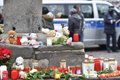 Zahlreiche Kerzen und Blumen erinnern an die fünf Todesopfer und 18 Verletzten. AFP