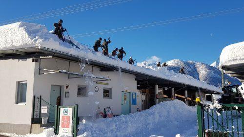 130 Soldaten der Villacher Pioniere werden bis Samstag Dächer öffentlicher Gebäude von der Schneelast befreien. APA