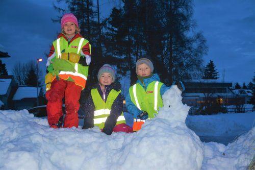 """Amelie, Rosalinda und Yannick genießen die gemeinsame Zeit im Schnee bei ihrem morgendlichen """"Schulweg"""".bvs (2)"""