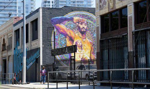 An vielen Häuserfassaden der Millionen-Metropole erinnern Porträts von Straßenkünstlern an die Basketballlegende und seine Tochter.AFP