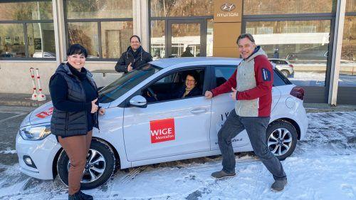 Andrea Vallaster (Auto Ganahl/l.), Jürgen Haller (WIGE Vorstand) und Christof van Dellen (WIGE-Obmann) mit der glücklichen Gewinnerin Maria Schallner.WIGE Montafon