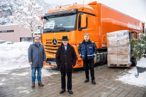 Andreas Geiger von Gebrüder Weiss, Pfarrer Juraj Kostelac und Fahrer Anto Jakić. Gebrüder weiss