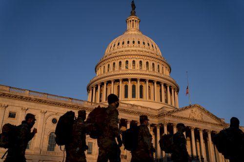 Angehörige der Nationalgarde versammeln sich vor dem US-Kapitol. Derzeit sind gut 6000 Soldaten im Einsatz, aber die Zahl erhöht sich noch einmal deutlich. AFP