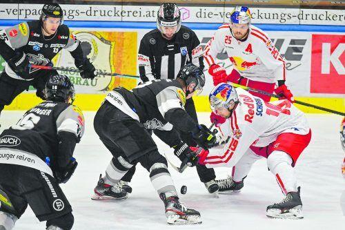 Anton Straka gegen Rick Schofield und Derek Joslin. Dornbirn muss heute gegen Salzburg vom Bully weg alles richtig machen.gepa