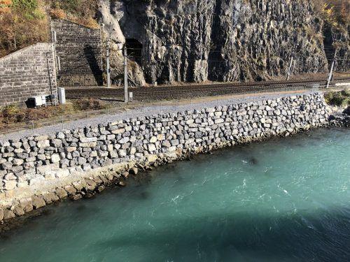 Auf dieser Steinschlichtung in der Feldkircher Illschlucht sollen die ÖBB im März mit dem Einbau einer Weiche für ein Gleis starten. VLK