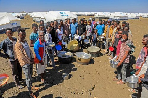 Aus Tigray geflohene Äthiopier warten auf Hilfsgüter im Flüchtlingslager Tenedba im Sudan. Rund 50.000 Menschen flohen in das Nachbarland. AFP