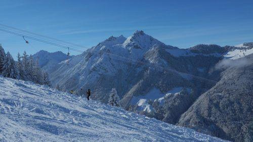 Ausreichend Schnee, Sonne und perfekte Pistenverhältnisse lockten zum Saisonstart des Skilifts Bazora zahlreiche Wintersportler an. Heilmann