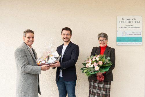 Begrüßung und Verabschiedung: Der Fußacher Bürgermeister Peter Böhler überreichte den Zahnärzten Dr. Aydiev und Lisbeth Diem Präsente. Daniel Mock