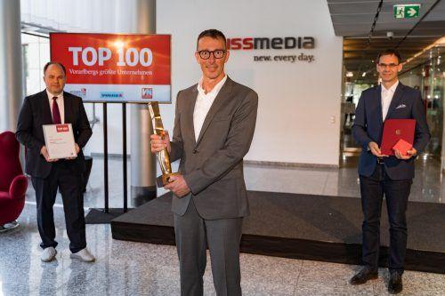 Bernhard Ölz wurde bei der digitalen Top-100-Veranstaltung von Chefredakteur Gerold Riedmann ausgezeichnet. LH Wallner überreichte die Ehrung der Republik. VN/DS